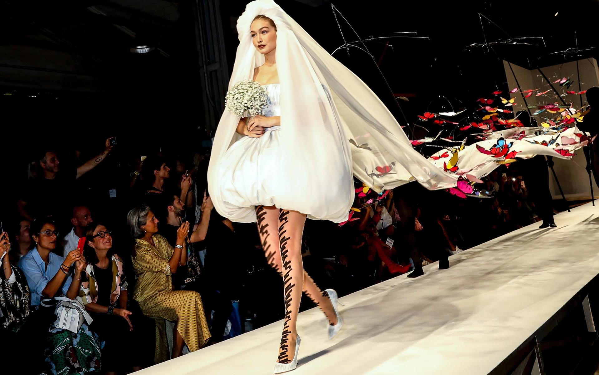 Gigi Hadid a îmbrăcat rochia de mireasă în prezentarea Moschino