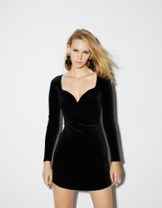 Rochii de iarna stylish - rochie scurtă neagră din catifea bershka