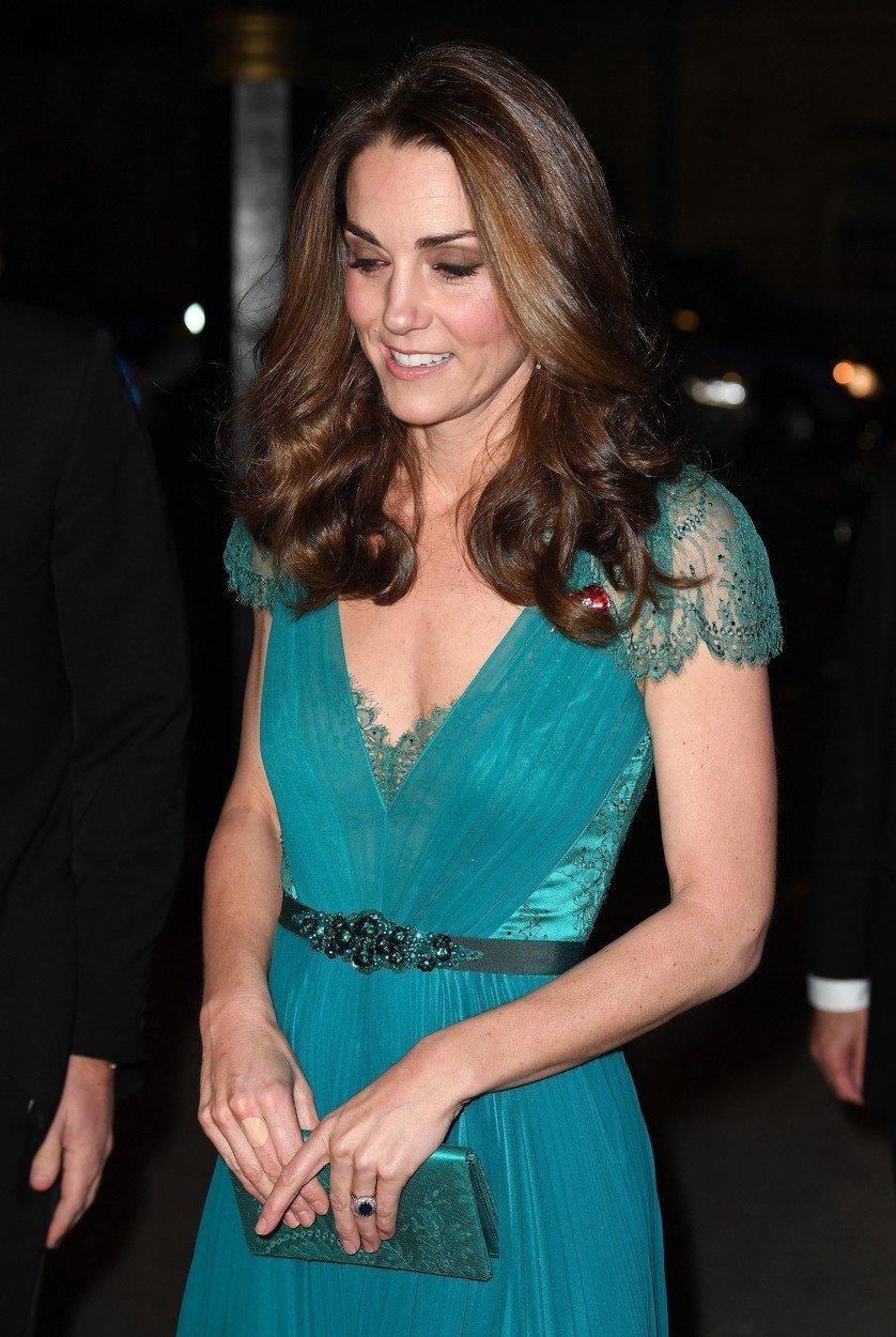 Ce are Kate Middleton în geantă. Patru lucruri care nu îi lipsesc niciodată