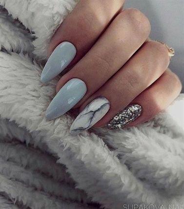 Unghii cu gel modele de craciun - unghii lungi, migdală, baby blue, albastru deschis cu model de marmură pe a treia unghie și ștrasuri argintii pe ultima unghie