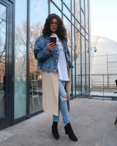 Cristina Ich ținute frumoase Cristina Ich în blugi, ținută casual, tricou alb cu text oversize, palton subțire crem, geacă de blugi și ochelari de soare