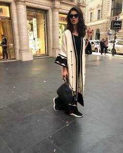 Cristina Ich ținute frumoase Cristina Ich în negru, piese comode, geantă neagră mare, ochelari de soare