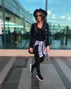 Cristina Ich ținute frumoase Cristina Ich în pantaloni negri, adidași, pălărie, ochelari de soare, cămașă mov