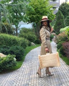Cristina Ich ținute frumoase Cristina Ich în rochie palton, curea, centură, geantă mare, pălărie, pantofi cu toc crem