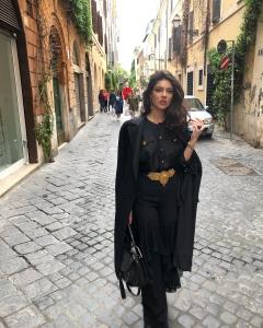 Cristina Ich ținute frumoase Cristina Ich ținută all-black cu accente aurii, palton lung negru, geantă neagră