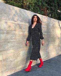 Cristina Ich ținute frumoase Cristina Ich rochie neagră buline albe, lungă, botine cu toc roșii