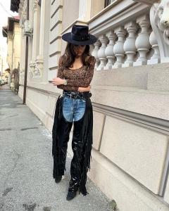 Cristina Ich ținute frumoase blugi, pantalogi cowboy, botine cu toc, bluză animal print, pălărie ținută almaz