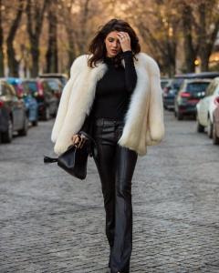 Cristina Ich ținute frumoase. Cristina Ich în costum masculin, negru în dungi, balerini lăcuiți cu vârf ascuțit și fundință