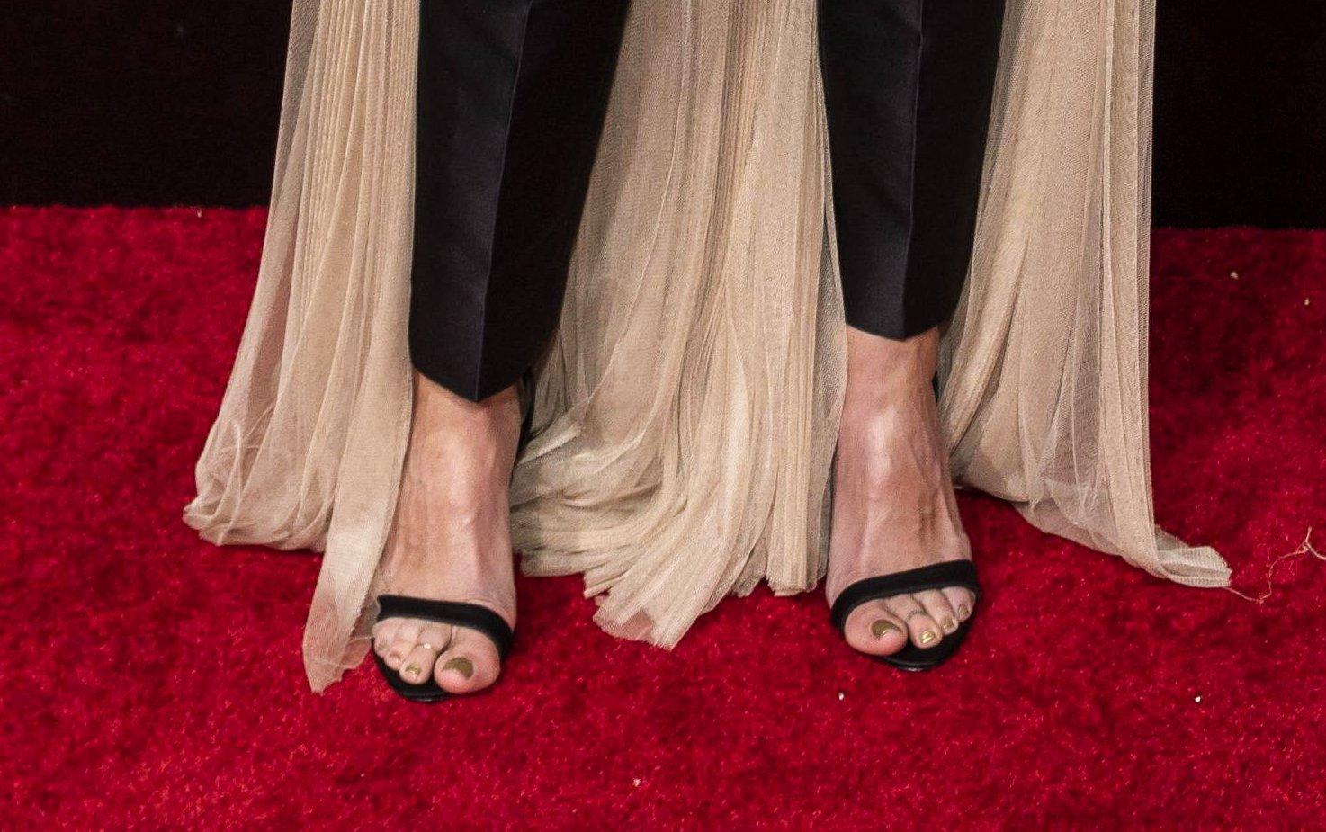 Julia Roberts, cu pedichiura le vedere pe covorul roșu, la Globurile de Aur 2019