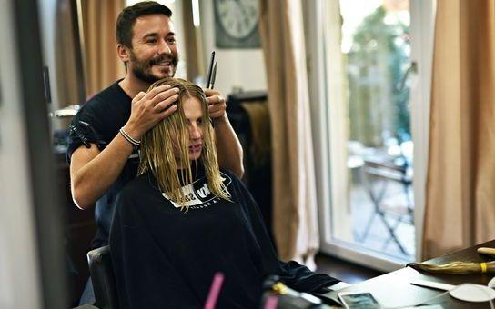 """VIDEO EXCLUSIV: Celebrul hairstylist Adrian Perjovski susține campania """"Oferă putere"""", de donare a părului"""