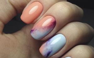 Unghii de vară - Colourful marble. Unghii de lungime medie, pătratea, roz-portocalii și albastre cu model de marmuză, efect de marmură