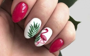 Unghii de vară - Manichiură cu desene. Unghii scurte, rotunde, roz, albe, cu model cu flamingo desenat