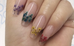 Unghii de vară - Transparent look. Unghii foarte lungi, pătrate, cu model floral
