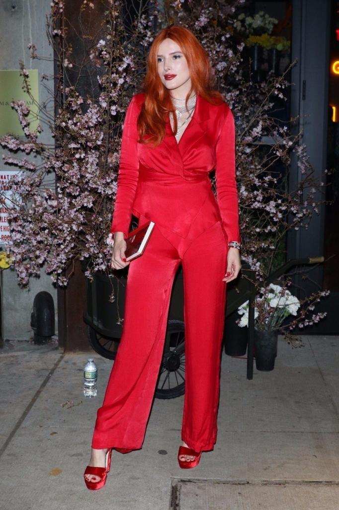 Actrița Bella Thorne la marea deschidere a Hotelului Moxy din New York. Bella Thorne poartă o superbă salopetă roșie din mătase, accesorizată cu o pereche de sandale în aceeași nuanță.
