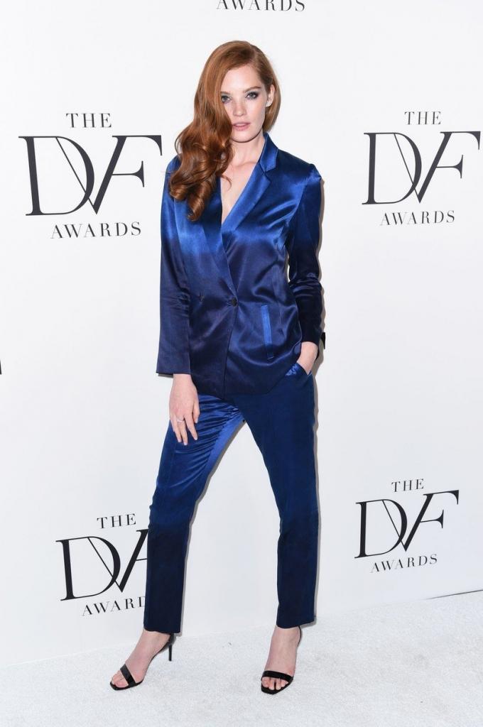 Alexina Graham, nou îngeraș Victoria's Secret la premiile DVF. Modelul poartă un costum albastru foarte elegant și tototdată comod, la care a asortat o pereche de sandale negre.