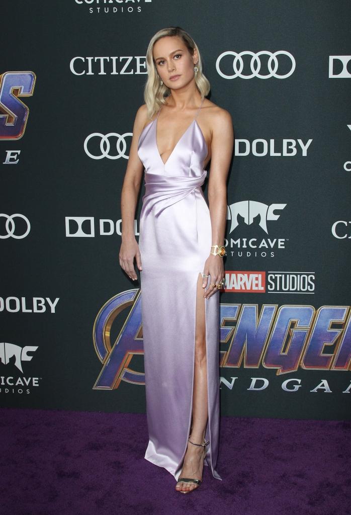 """Brie Larson la premiera internațională a filmului """"Avengers: Endgame"""", într-o rochie lungă, lila, confecționată din satin, creație Celine."""