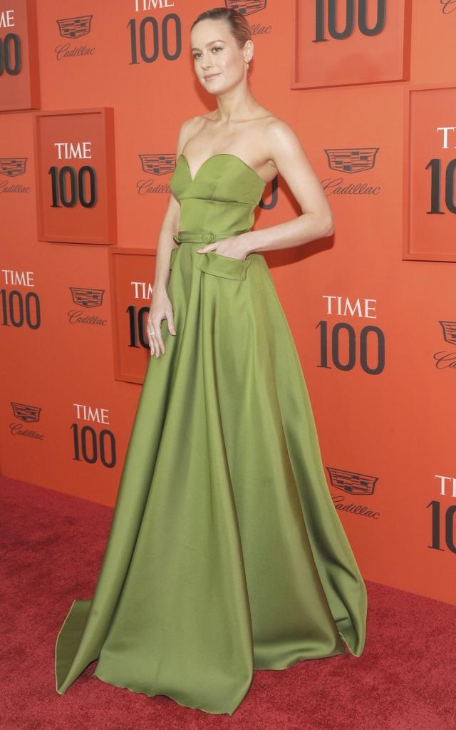"""Brie Larson, la Gala """"Time 100"""" 2019, într-o rochie verde, lungă, creație Prada"""