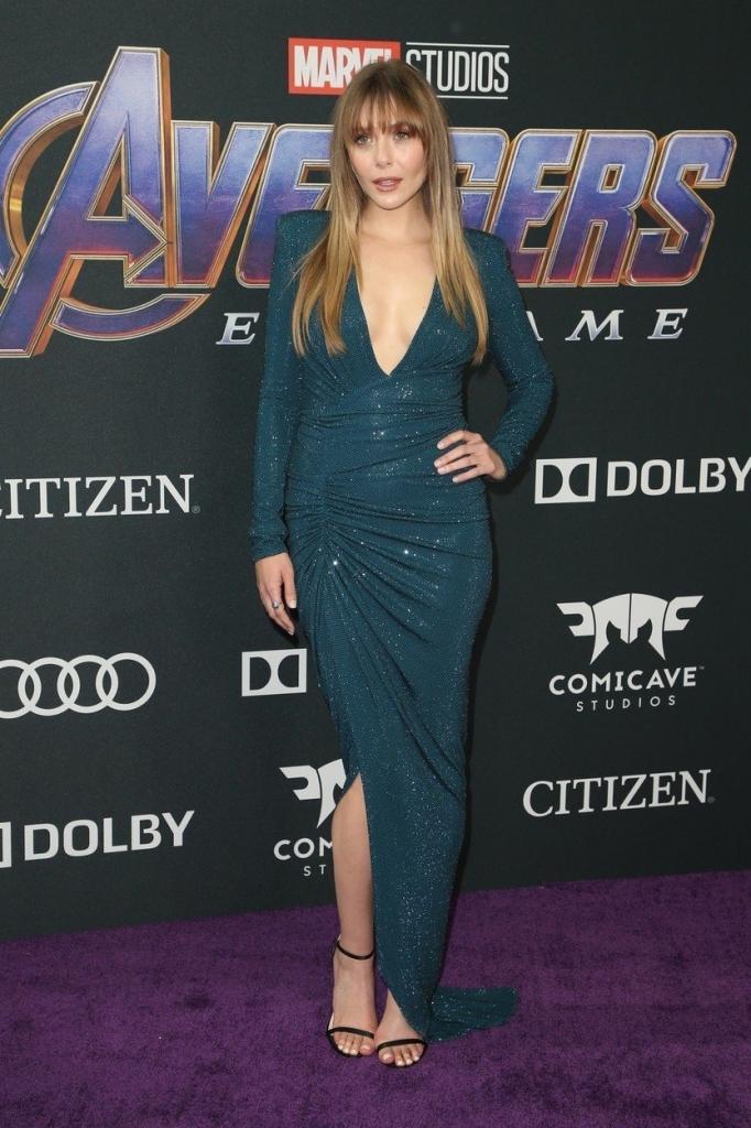 """Elizabeth Olsen la premiera internațională a filmului """"Avengers: Endgame"""", într-o rochie lungă, cu un decolteu adânc în V, de culoare verde-smarald, creație Alexandre Vauthier."""