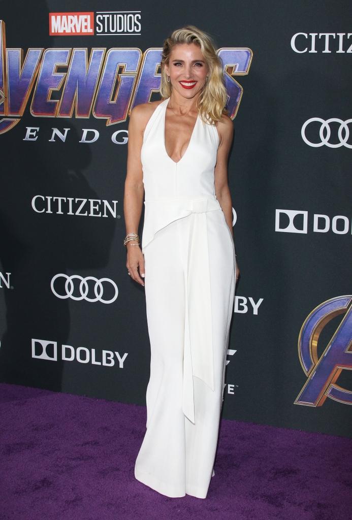 """Elsa Pataky la premiera internațională a filmului """"Avengers: Endgame"""", într-o rochie albă, lungă, cu un decolteu adânc și spatele gol."""
