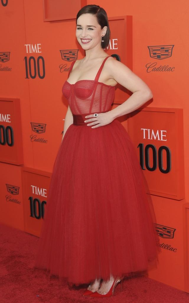 """Emilia Clarke, la Gala """"Time 100"""" 2019, într-o rochie roșie lungă, creație Dolce Gabbana, accesorizată cu pantofi stiletto în aceeași nuanță"""