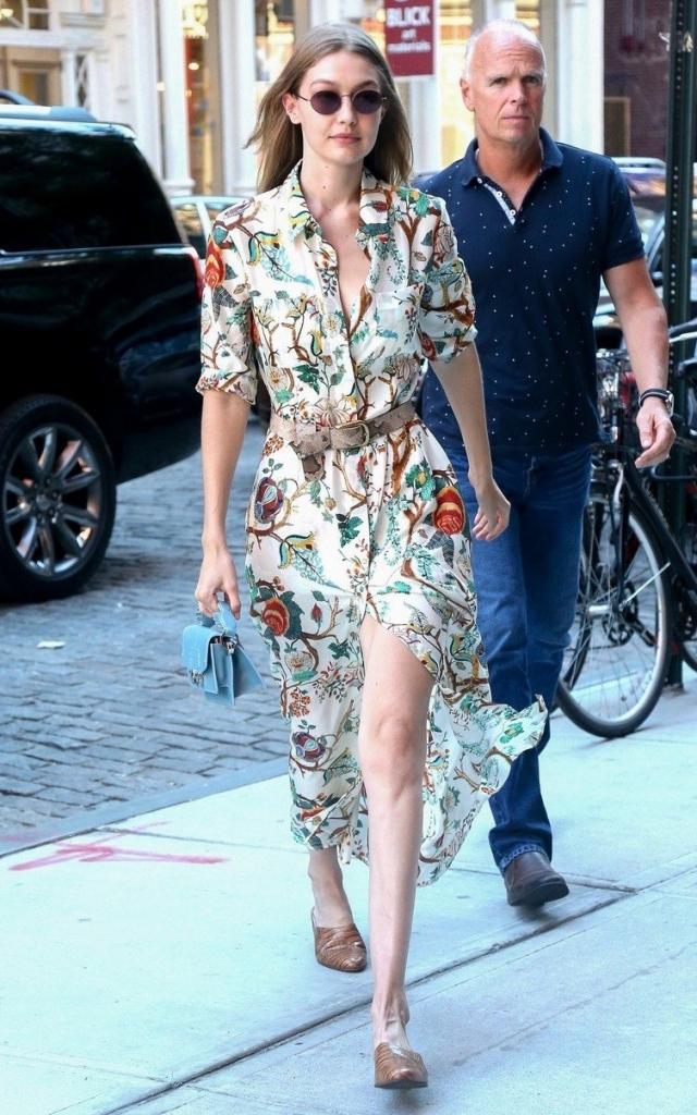 Gigi Hadid într-o rochie cămașă lungă, din mătase, înflorată, la cumpărături în New York