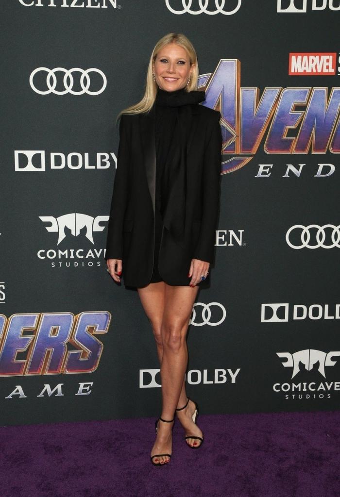 """Gwyneth Paltrow la premiera internațională a filmului """"Avengers: Endgame"""", într-o rochie mini, neagră, cu mâneci, creație G Label."""