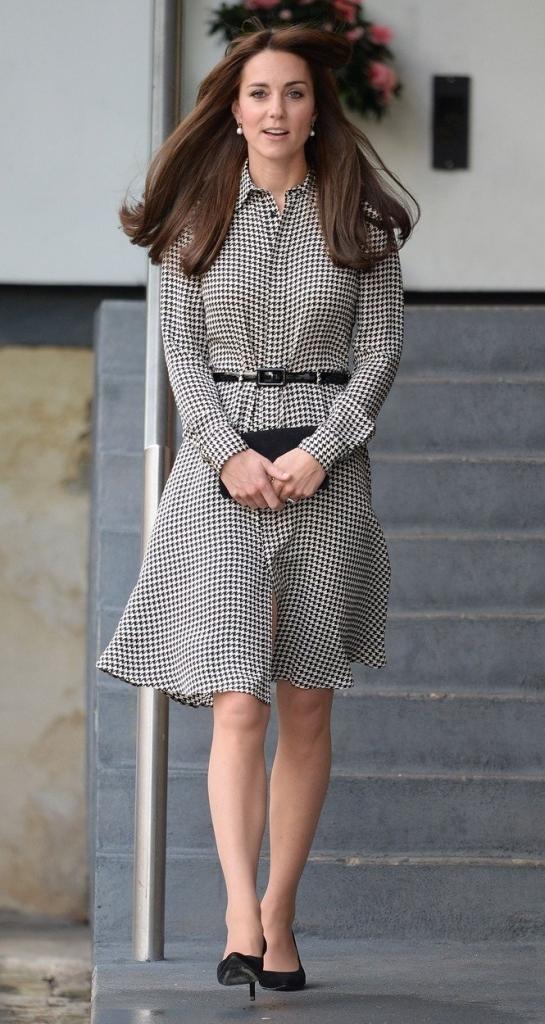 Kate Middleton, ducesă de Cambridge, într-o rochie cămașă până la genunghi, sin mătase, cu model, clutch și patofi stiletto negri