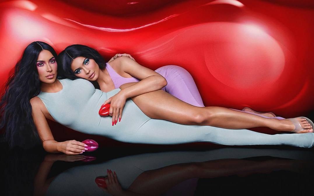 Kim Kardashian și Kylie Jenner colaborează pentru lansarea unui parfum