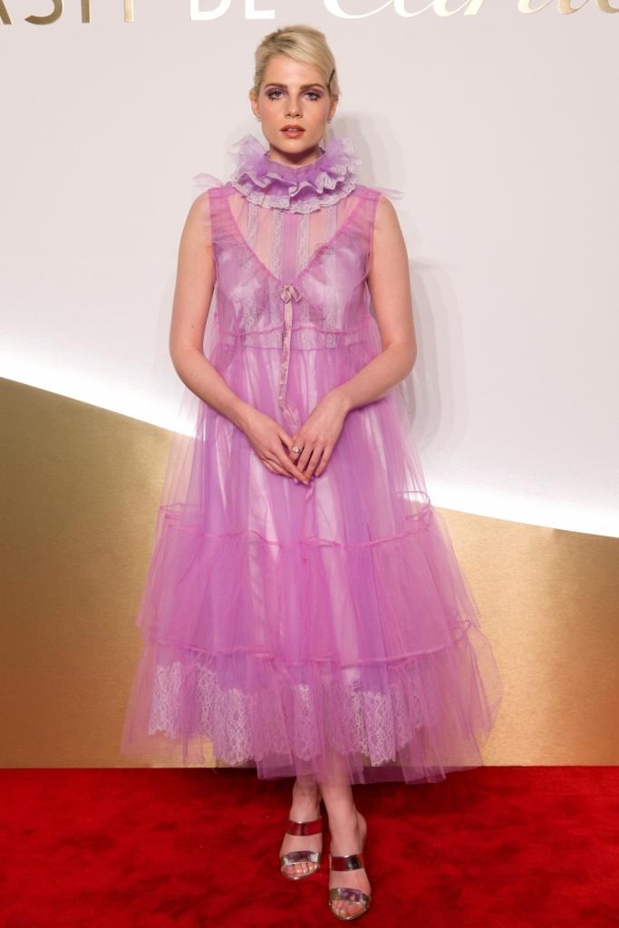 Lucy Boynton la prânzul Clash de Cartier din Paris. Lucy poartă o rochie feminină într-o nuanță de lila, croită în stil victorian.