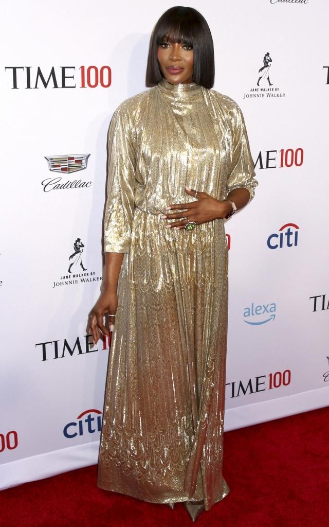 """Naomi Campbell, la Gala """"Time 100"""" 2019, într-o rochie aurie lungă, cu mânecă trei sferturi, creație Valentino Couture"""
