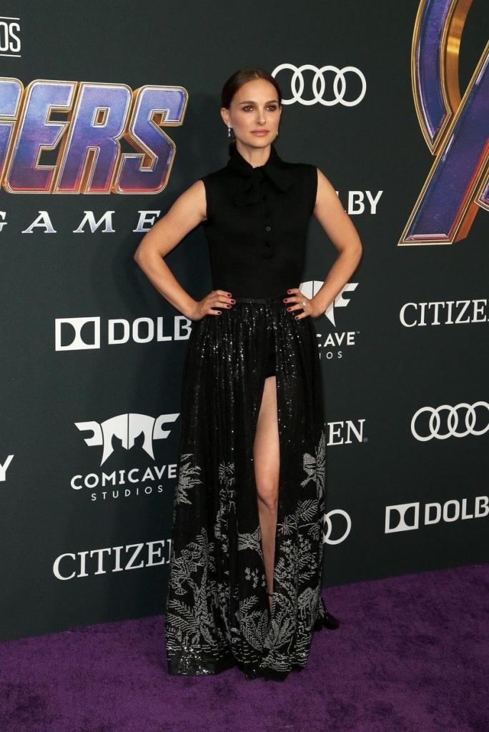 """Natalie Portman la premiera internațională a filmului """"Avengers: Endgame"""", într-o rochie neagră, lungă, creație Christian Dior."""