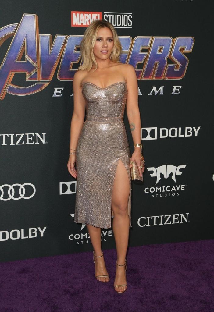 """Scarlett Johansson la premiera internațională a filmului """"Avengers Endgame"""", într-o rochie strălucitoare, fără bretele, creație Versace."""