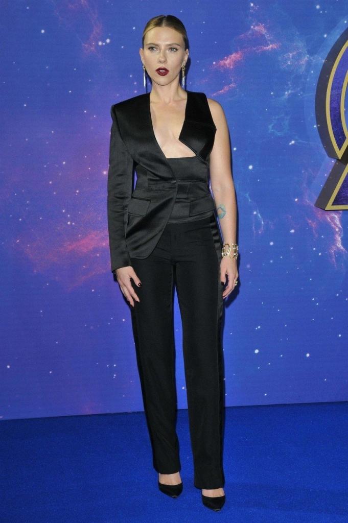 """Scarlett Johansson  la un eveniment organizat în Marea Britanie cu ocazia lansării filmului """"Avengers Endgame"""". Scarlett a purtat o salopetă neagră foarte îndrăzneață."""