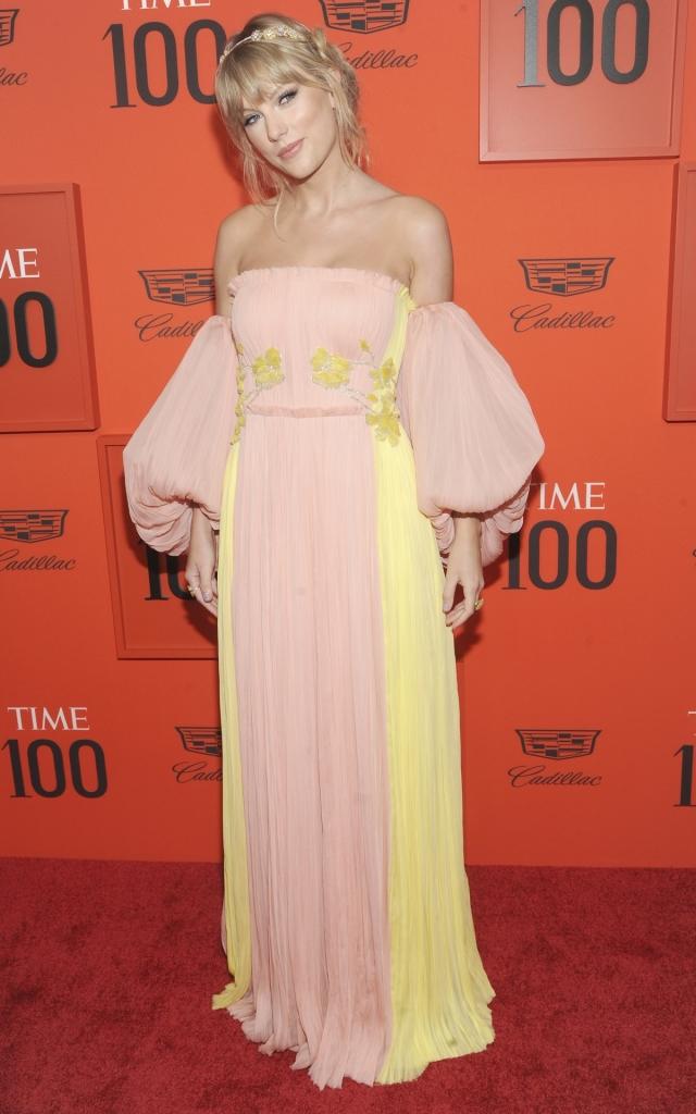 """Taylor Swift, la Gala """"Time 100"""" 2019, într-o rochie lungă, de culoare roz și galebenă, fără bretele și cu mâneci bufante, creație J. Mendel"""