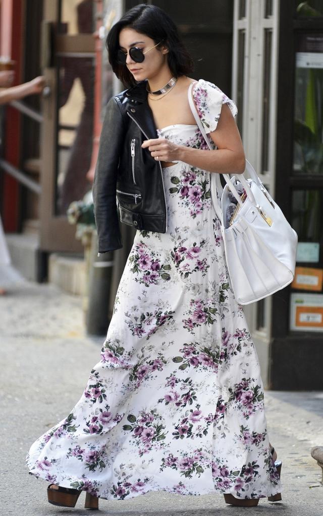 Vanessa Hudgens, într-o rochie maxi albă cu imprimeu floral roz, mixată cu sandale cu platformă, geantă albă și geacă de piele neagră