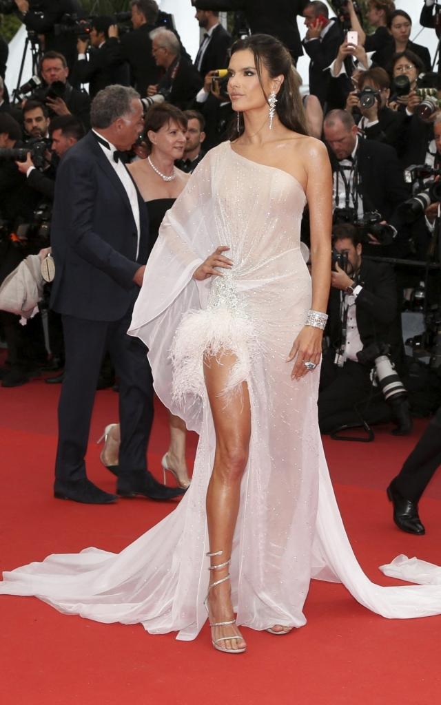 Ce au purtat celebritățile în prima seară a Festivalului de Film de la Cannes 2019. Alessandra Ambrosio în Ralph & Russo