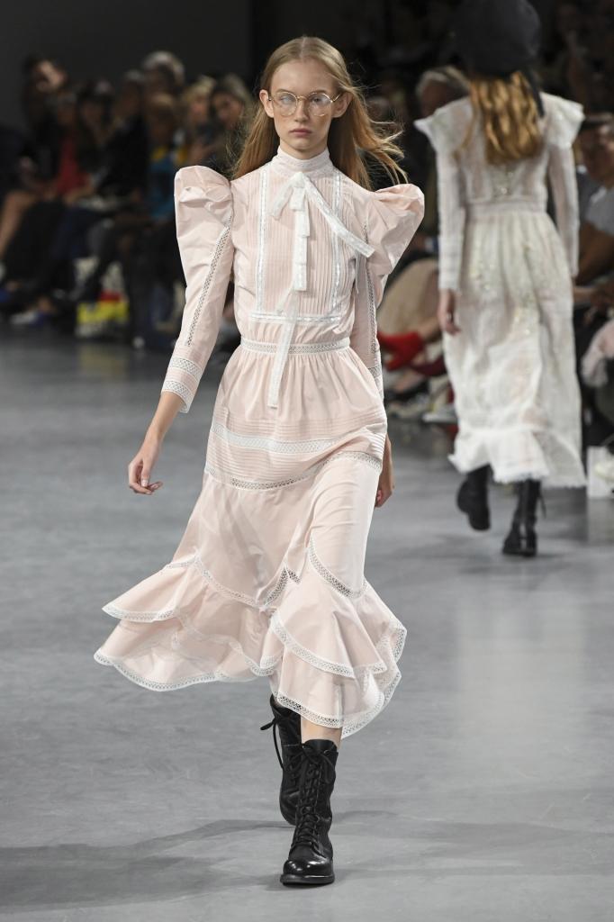 rochie alba, john gallianp, cu umeri supradimensionati, stil pilgrim