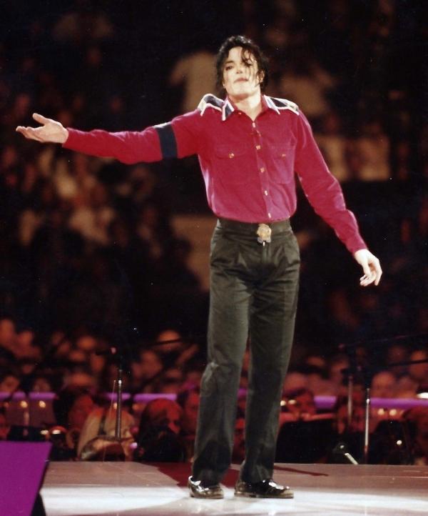 S-au împlinit 10 de ani de la moartea lui Michael Jackson! Ce purta de fiecare dată când ieșea în public