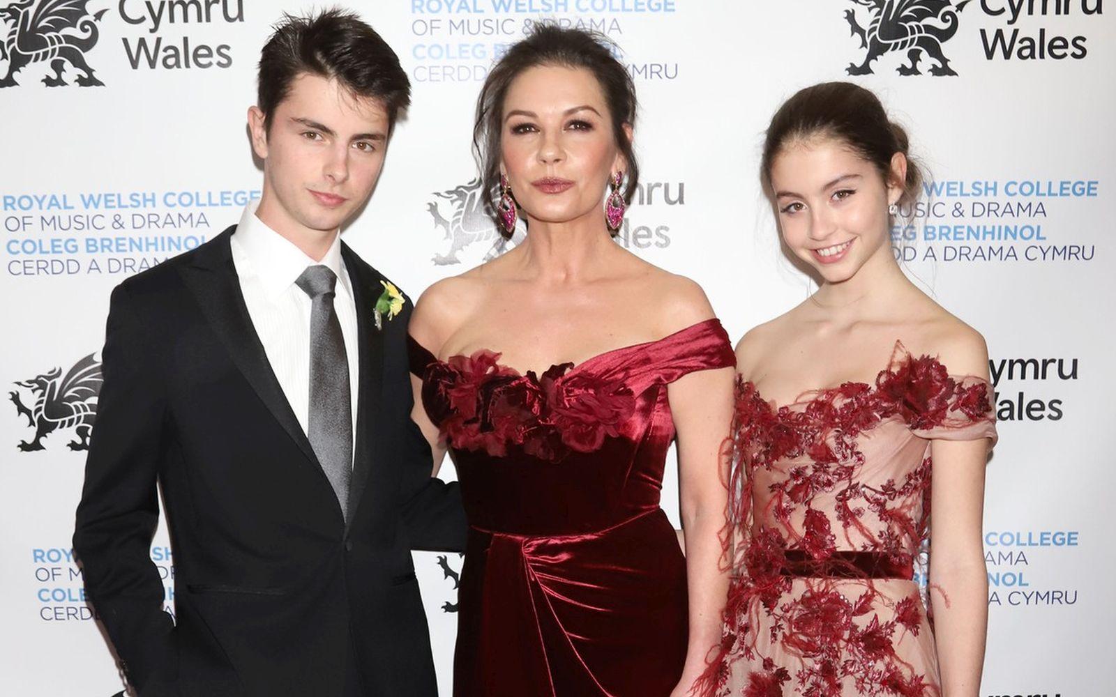 Catherine Zeta-Jones şi fiica ei, îmbrăcate identic pe coperta Vanity Fair