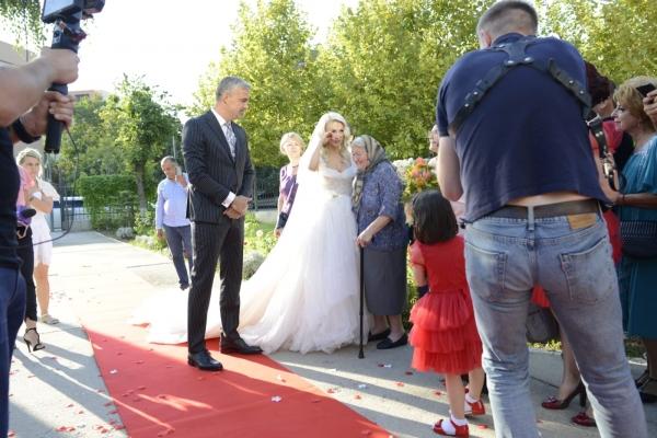 Andreea Bălan a arătat superb în rochie de mireasă! Artista s-a cununat religios cu George Burcea