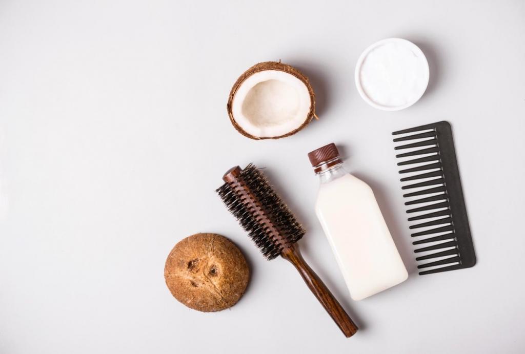 Ulei de cocos beneficii păr. Foto nuca de cocos, ulei de cocos si perie de par