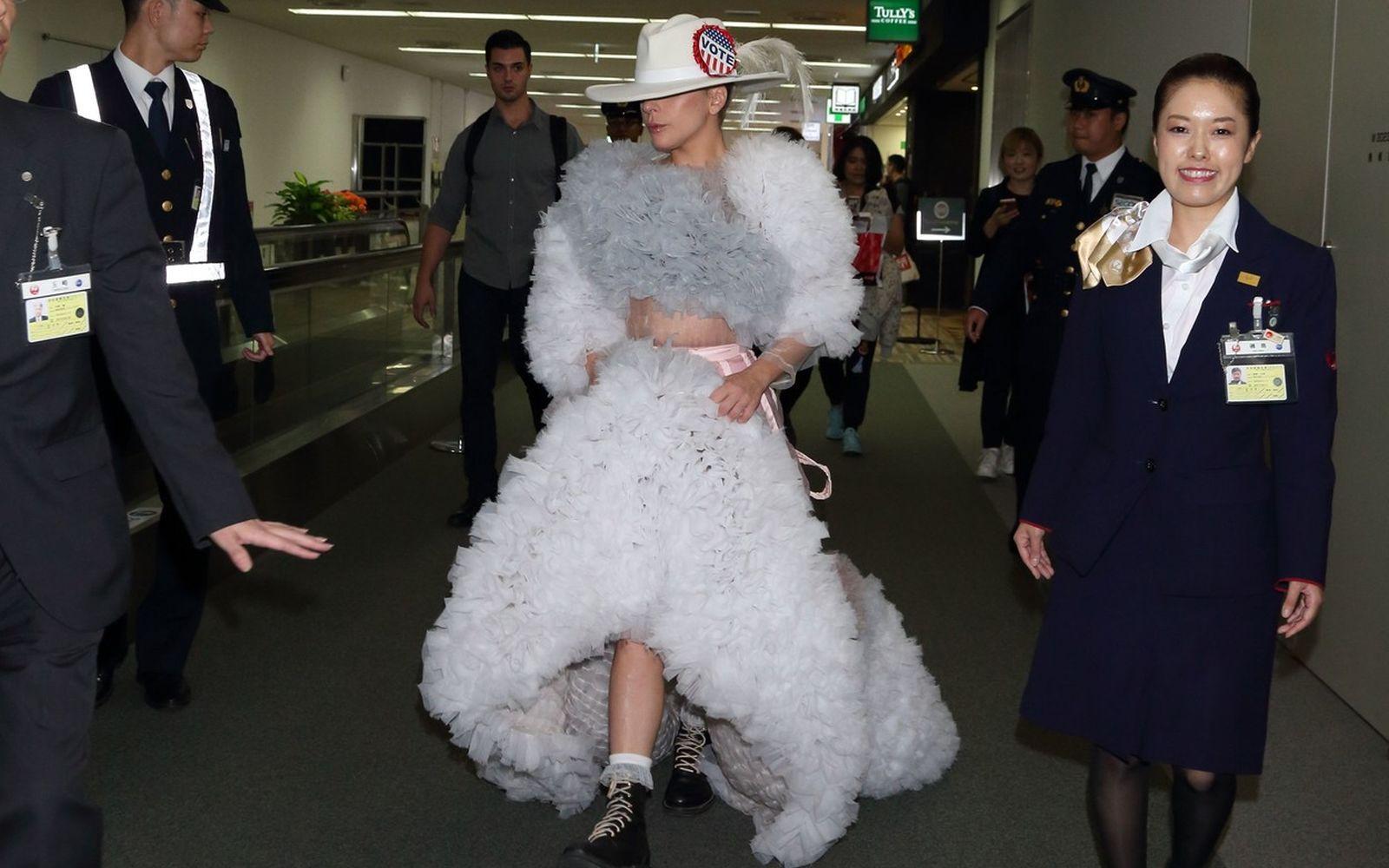 Celebrități mult prea îmbrăcate! Ce ținute nepotrivite au purtat vedetele