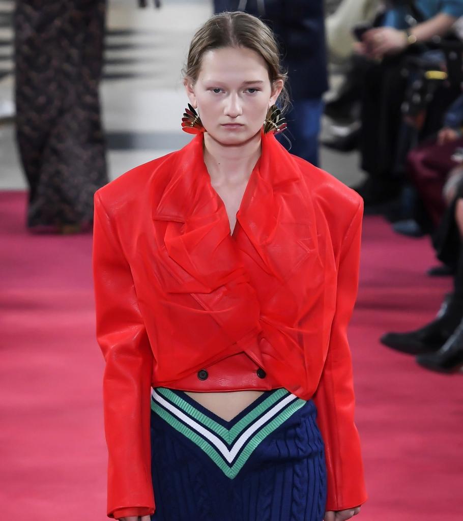 Geci cool in sezonul primavara vara 2020- Model in jacheta rosie