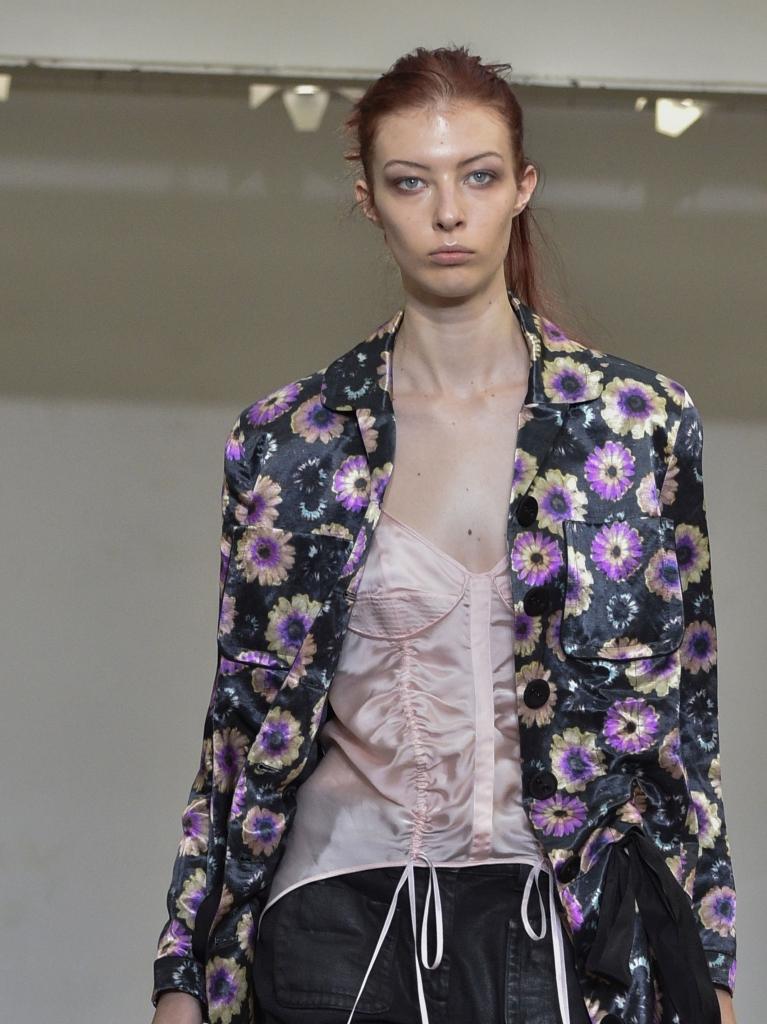 Cele mai cool geci sezonul primavara -vara 2020. Model in jacheta cu print floral