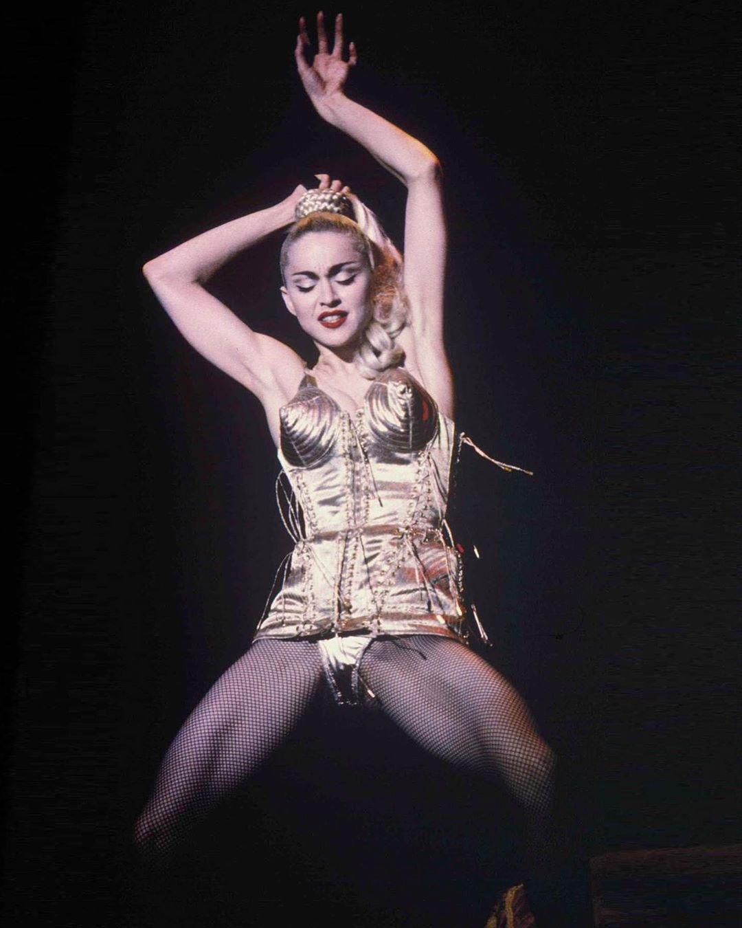 Madonna in faimosul sutien-corset cu cupe conice purtat de Madonna în Rotterdam, Olanda, într-un concert din Blonde Ambition Tour, în iulie 1990
