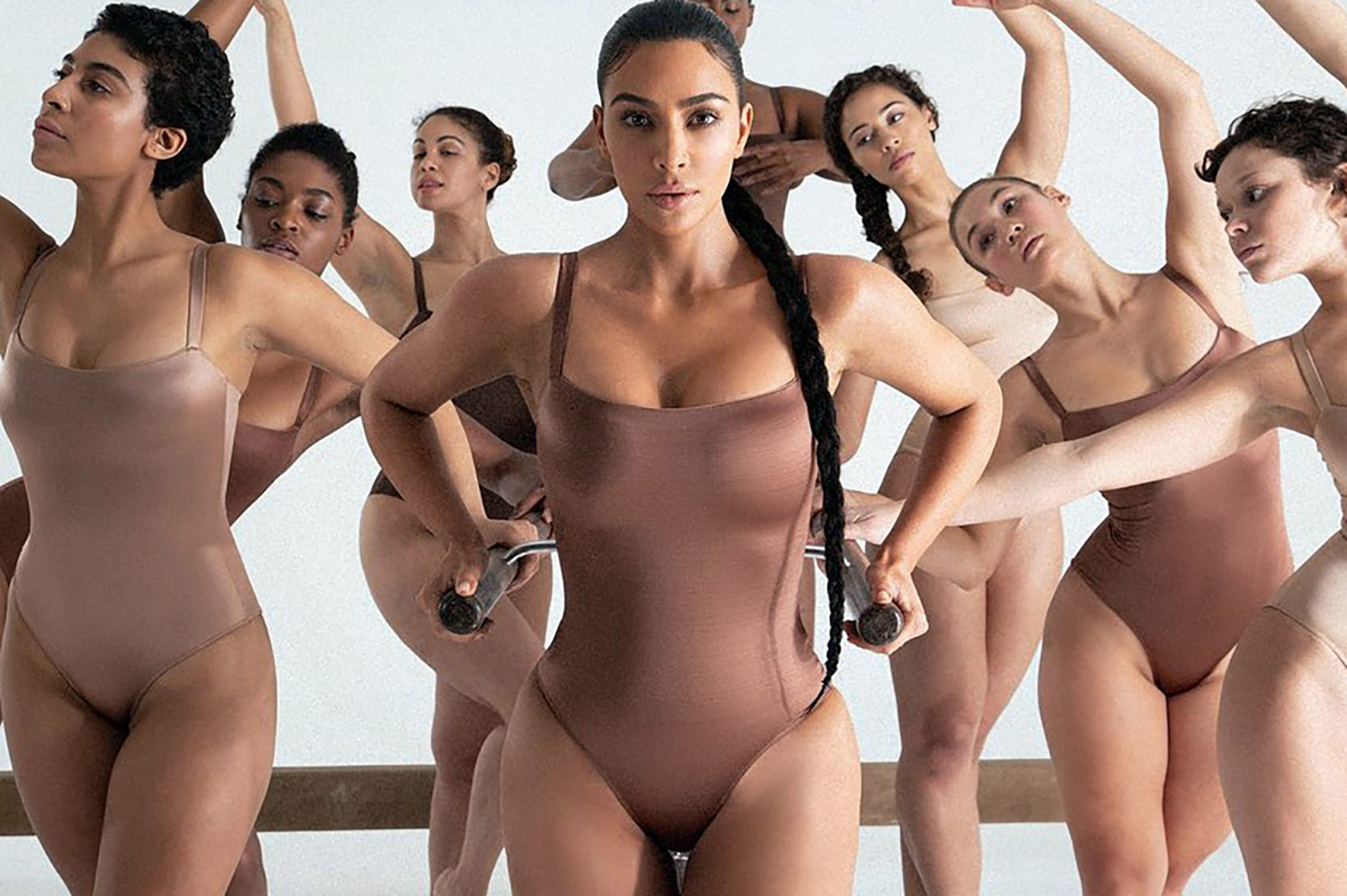 Kim Kardashian își arată din nou formele pe internet