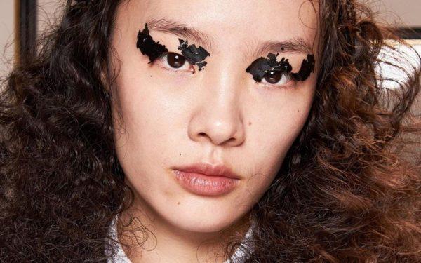 Cea mai nouă tendință de beauty? Machiajul cu foițe metalizate