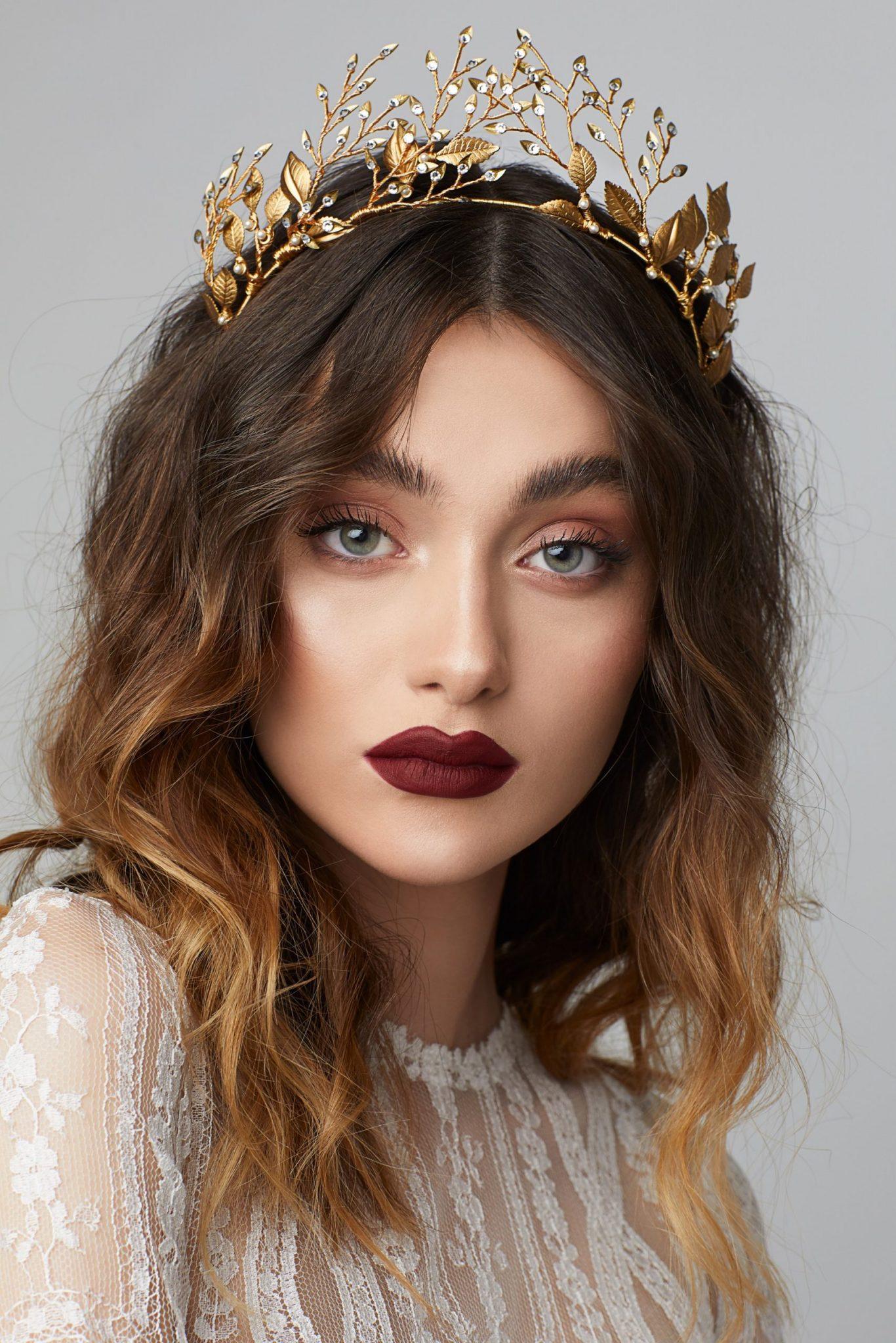 Cele mai frumoase acccesorii de par pentru mirese disponibile online. VOaluri volete comb pieptene accesoriu accesorii mireasa par coroane tiara bentite de par Sursa Lorelai.ro