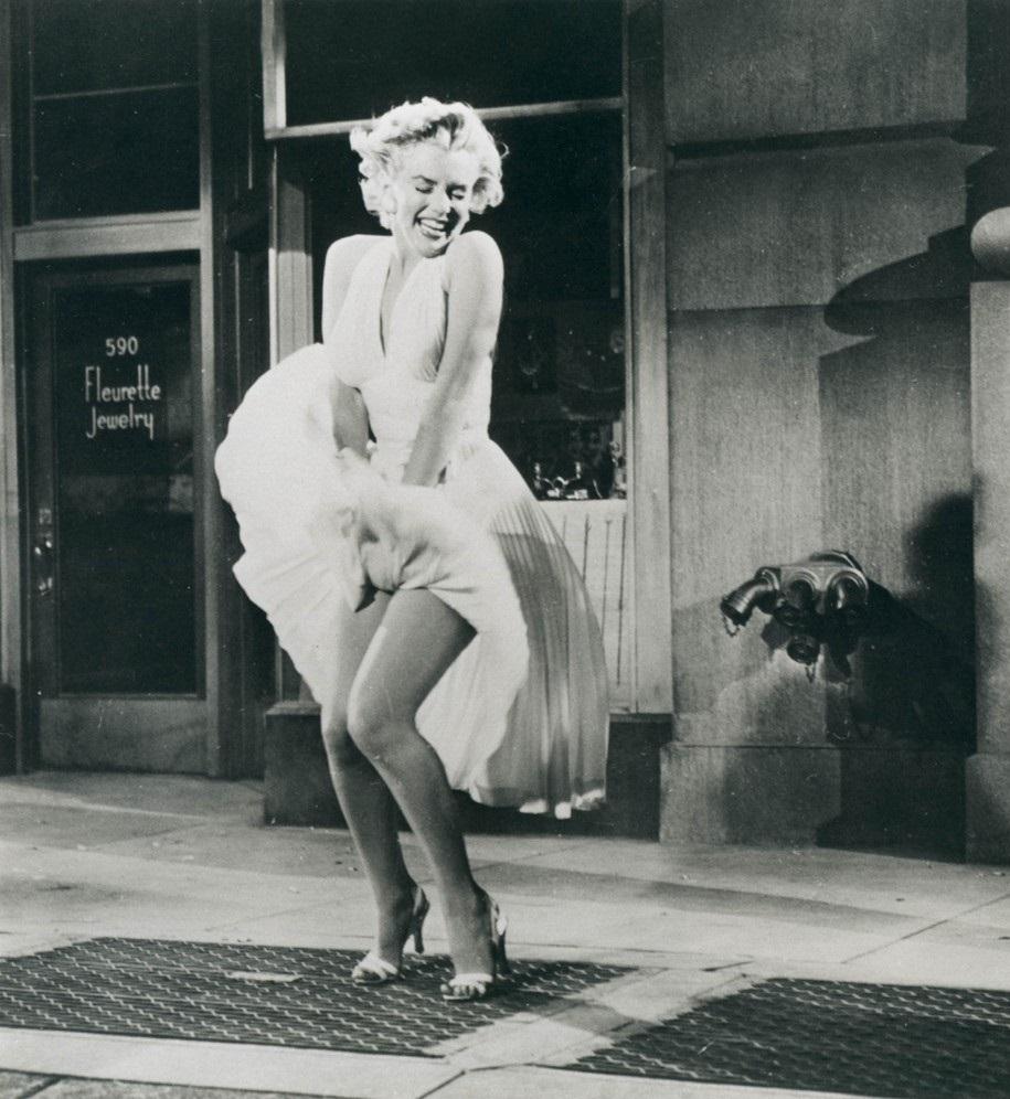 Marilyn Monroe, în celebra scenă cu rochia ivory, 1955 filmul The Seven Year Itch.