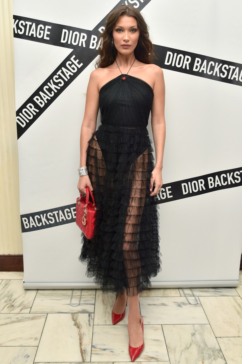 Bella Hadid purtand in backstage rochia midi semnata Christian Dior in 2018, Sursa Profimedia